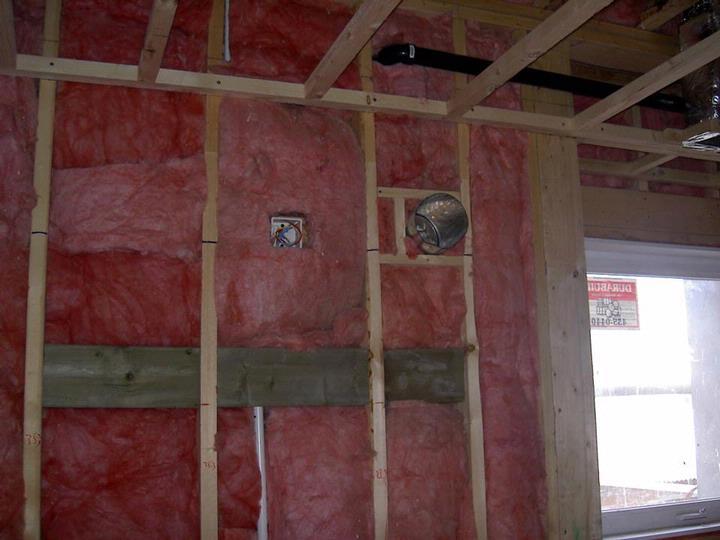 本文从木结构建筑构造出发,阐述了轻型木构造建筑的施工建造:基础