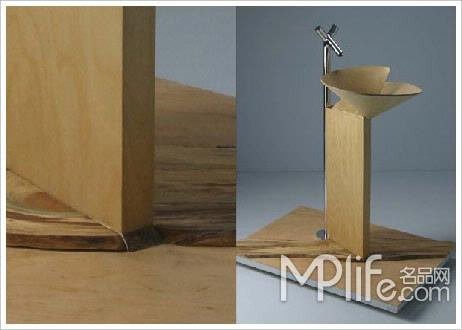 这个垃圾桶由几根简单的木质材料组成
