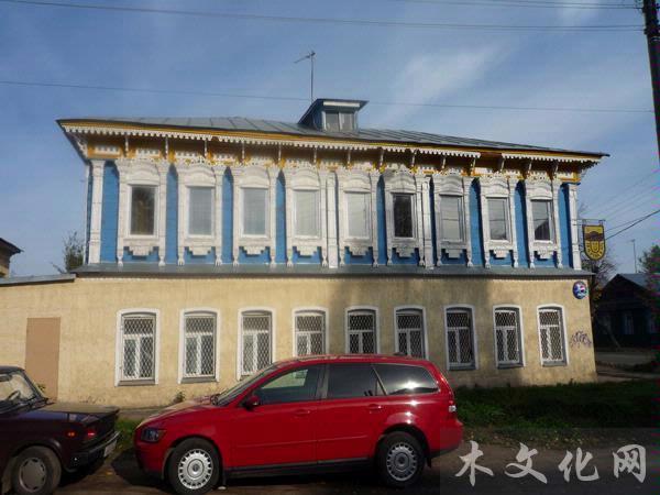 20世纪20年代,所谓的现代建筑,即整个建筑或局部模仿欧洲西部的建筑特色,极大地影响了许多城镇的建筑外型,并格外关注细节的装饰。建筑物的正面基本上都设计为3个窗户或5个窗户,装饰部分最集中的表现就是窗檐,彩绘和木质雕刻异常精美,又极具民族特色。这种装饰风格逐步定格为整个俄罗斯木构建筑的代表。   前苏联时期,由于Rostov Velikiy附近的村民纷纷移居到古镇,使古镇建筑风格更具民俗特色。在浓郁的中世纪古典文化气息中,增添了更为令人驻足、细细品味的别致木雕花纹和图案。   罗斯托夫韦里奇镇不愧为木