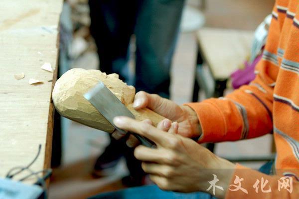 采访嘉宾:林聪鹏 泉州市木偶剧团木偶雕刻造型师 特邀记者:赵广杰 北京林业大学教授 采访时间:2010年4月 采访地点:中国泉州市木偶剧团 采访实录 记者:您是泉州本地人吗?您从什么时候开始学木偶雕刻?什么原因让您进剧团学习? 林聪鹏:我从小在泉州市长大。我哥哥以前是剧团的木偶雕刻师,在我小学还没毕业大约12岁时,是他带我进了剧团,跟他学习木偶的制作。刚进剧团的时候我是边工作边学习,在福建省艺校的木偶班学习了五年的专业知识,包括理论和文化课,不过大部分时间是在剧团学雕刻。学习了大概四五年以后,就可以独立完