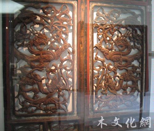 徽州木雕的题材广泛,有人物,山水,花卉,禽兽,鱼虫,云头,回纹,八宝