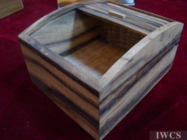 名称:蛇腹付缟柿小物入 用途:放置小物件 用材:条纹柿子树木材