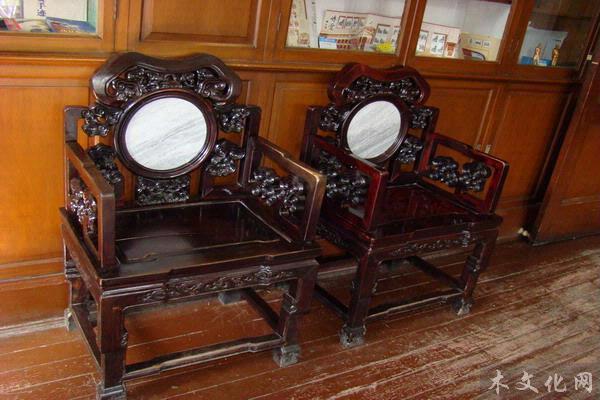 幽暗房间欧式椅子图片
