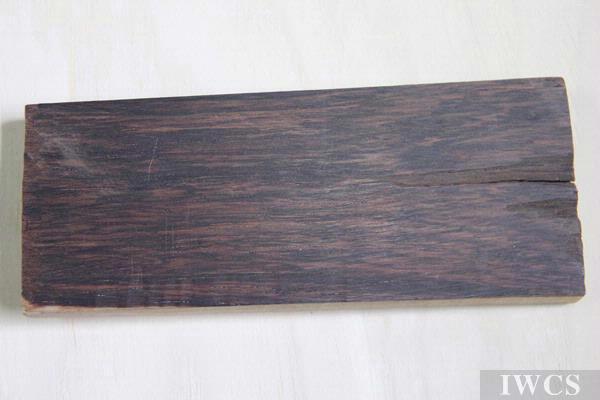 紫檀:俗称小叶紫檀,学名檀香,质地细密,份量重,野生林木纹不明显。   紫檀木的木屑放在白酒中,木屑将立即分解成鲜红色,并与酒形成较粘的胶状物,倾倒时能连成线,这是鉴别紫檀的有效方法。紫檀的产地主要在印度,其它亚热带地区也有生长,但质地不如印度。紫檀很少有大料,材料直径一般在20厘米以内,再大就会空心而无法使用,紫檀的新切面为桔黄色,日久为红,再久为深紫,几乎看不出纹理。我国自古认为紫檀木是最名贵的木材,由于过于名贵,故紫檀器物比黄花梨的要少。虽然紫檀不及黄花梨那样华美,但静穆沉古是任何木材都不