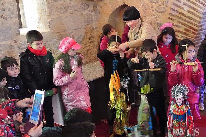 当地的小朋友展示提线木偶